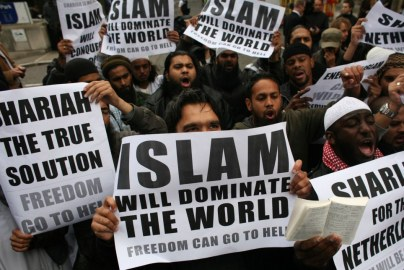 Muslims-carrying-banners-declaring-Islam-will-dominate-the-world-protest-at-the-visit-of-Mr-Wilders-to-the-UK1