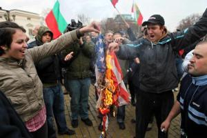Изгориха американското знаме пред Народното събрание запалиха протести ЕРП-та София
